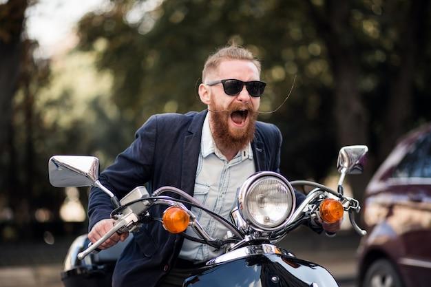 Homem barbudo em scooter