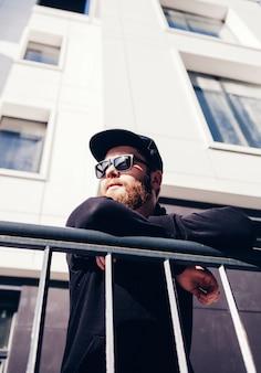 Homem barbudo em um boné