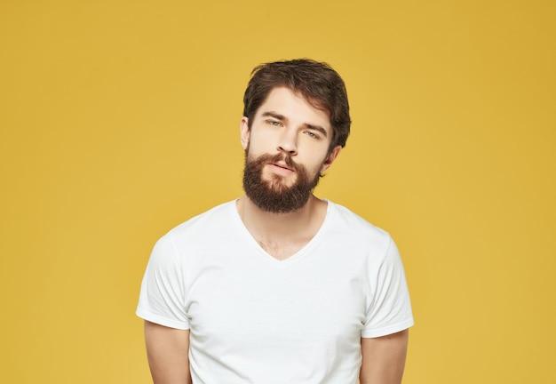 Homem barbudo em uma camiseta branca expressão facial irritado estilo de vida