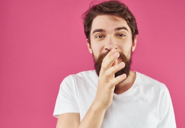 Homem barbudo em uma camiseta branca gestos com as mãos estilo de vida