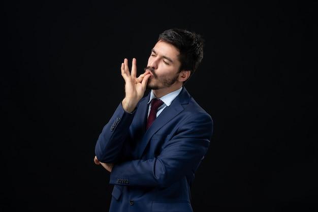 Homem barbudo emocional fazendo um gesto perfeito em uma parede escura isolada