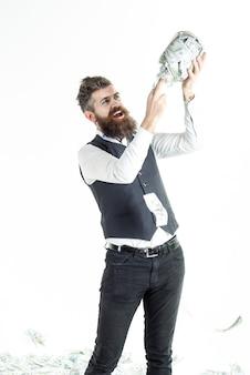 Homem barbudo empolgado segura o frasco com o conceito de negócio de notas, economizando dinheiro, conceito de sucesso empresarial