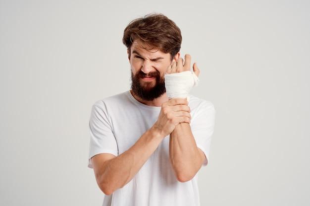 Homem barbudo enfaixado mão ferida nos dedos fundo isolado de hospitalização
