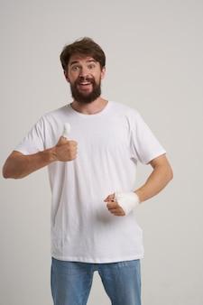 Homem barbudo enfaixado mão ferida nos dedos luz de internação