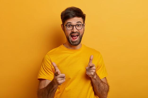 Homem barbudo engraçado ri e aponta para você, piadas de alguém