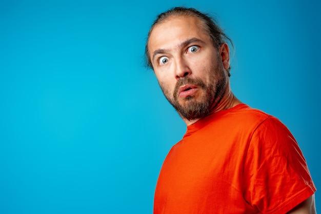 Homem barbudo espantado e confuso olha com espanto, retrato