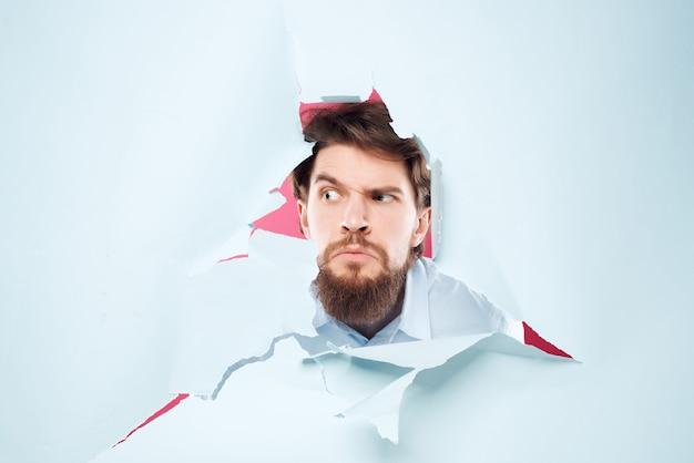 Homem barbudo espiando do fundo do escritório, close-up