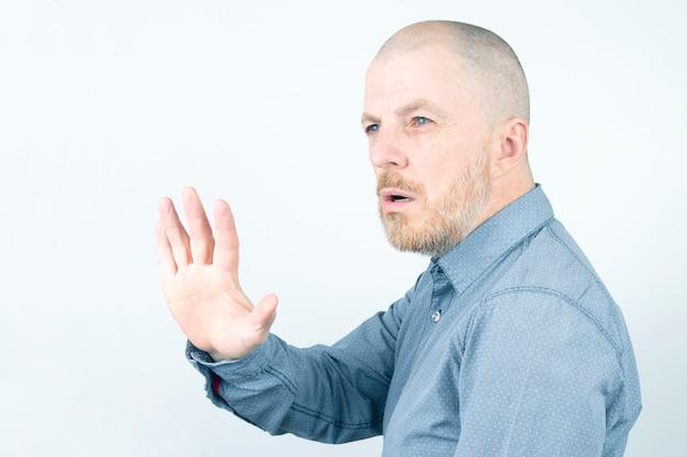 Homem barbudo estendendo a mão aberta