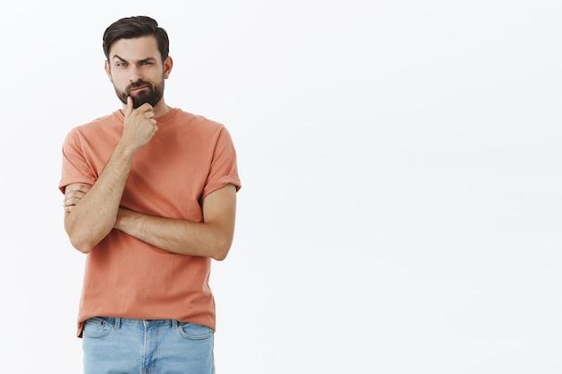 Homem barbudo expressivo em camiseta laranja