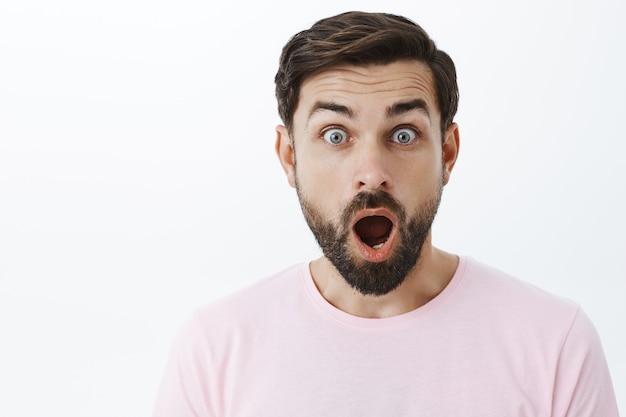 Homem barbudo expressivo em camiseta rosa