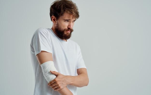 Homem barbudo ferido braço enfaixado paciente hospitalizado