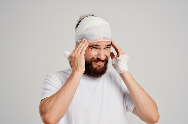 Homem barbudo ferimentos na cabeça e no braço problemas de saúde luz de fundo