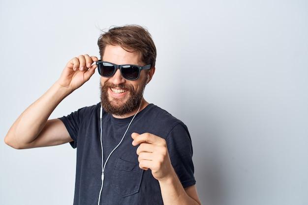 Homem barbudo, fones de ouvido, óculos de sol, música, dança, diversão, isolado, fundo