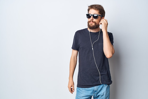 Homem barbudo, fones de ouvido, óculos de sol, música, dança, diversão, luz, fundo