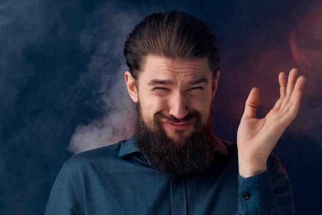 Homem barbudo fuma nicotina moda estilo de vida closeup