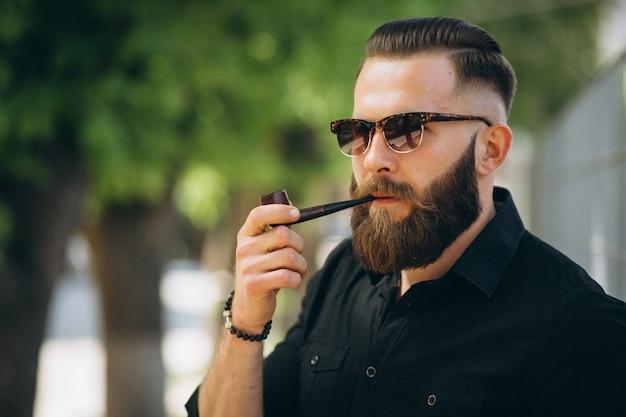 Homem barbudo fumando cachimbo
