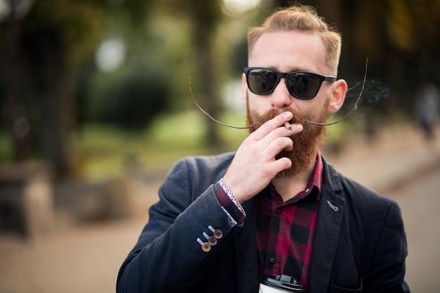 Homem barbudo fumando