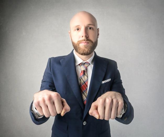 Homem barbudo jogando punho escondendo o jogo