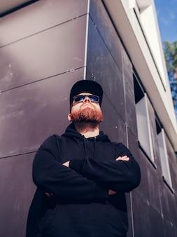 Homem barbudo jovem confiante em óculos