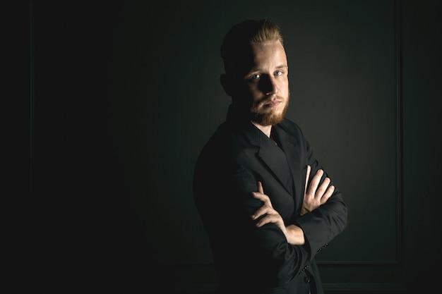 Homem barbudo jovem moda