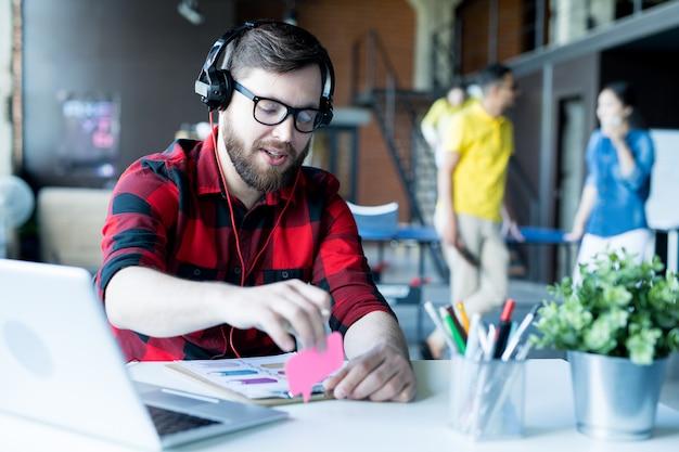 Homem barbudo moderno trabalhando no escritório de ti