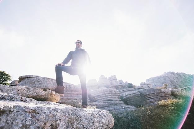 Homem barbudo na rocha
