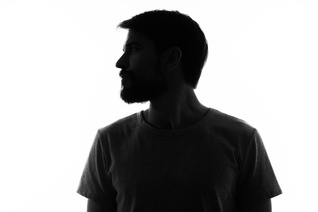 Homem barbudo nas sombras místico do estúdio de anonimato. foto de alta qualidade