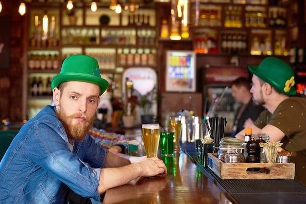 Homem barbudo no balcão de bar