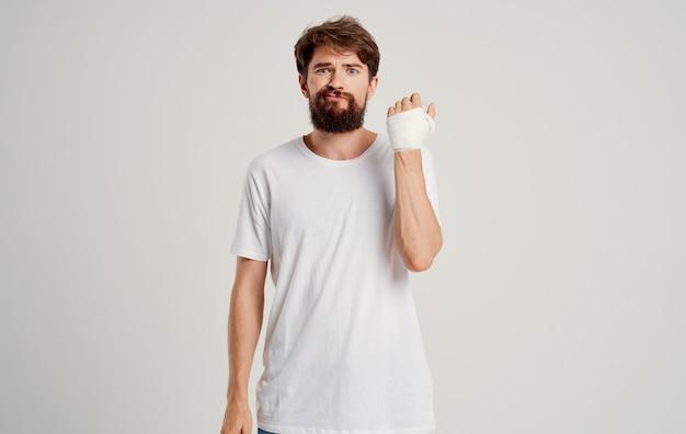 Homem barbudo no paciente mão enfaixada problemas de saúde medicina hospitalar