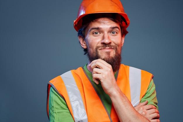 Homem barbudo no trabalho profissional de construção de uniforme