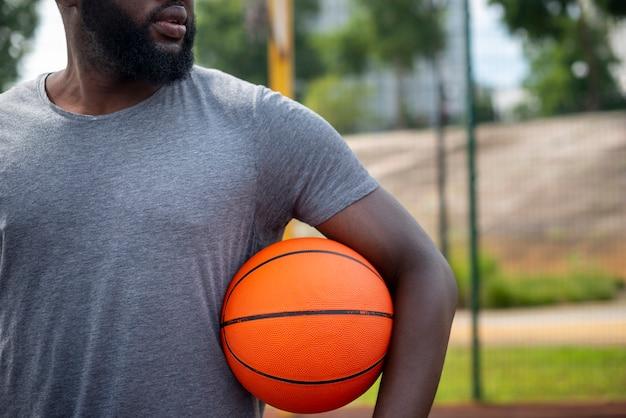 Homem barbudo olhando para longe tiro médio