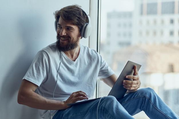 Homem barbudo ouvindo tecnologias musicais