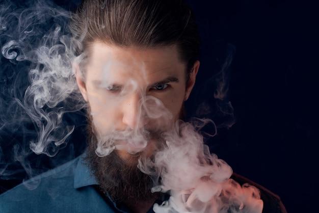 Homem barbudo posando em estúdio de close up de moda