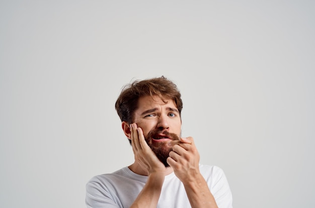 Homem barbudo problema odontológico tratamento dentário luz de fundo