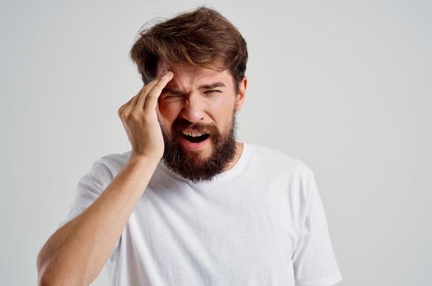 Homem barbudo problemas de saúde enxaqueca transtorno de estresse luz de fundo