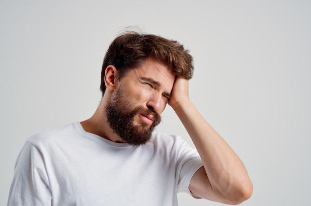 Homem barbudo problemas de saúde enxaqueca transtorno de estresse tratamento em estúdio