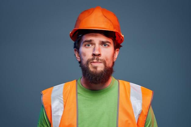 Homem barbudo profissão difícil construção engenheiro closeup