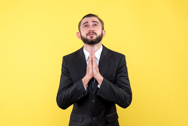 Homem barbudo rezando com esperança