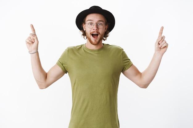 Homem barbudo ruivo expressivo com chapéu