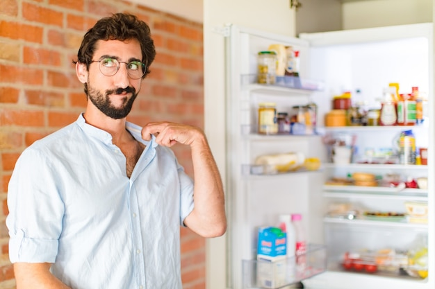 Homem barbudo se sentindo estressado, ansioso, cansado e frustrado, puxando a gola da camisa, parecendo frustrado com o problema