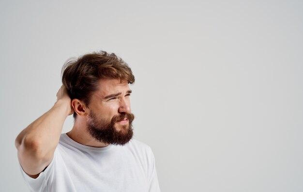Homem barbudo segurando a cabeça emoções estilo de vida problemas de saúde insatisfação