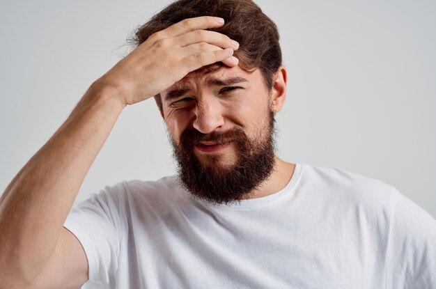 Homem barbudo segurando a luz de fundo de emoções de estresse de dor de cabeça