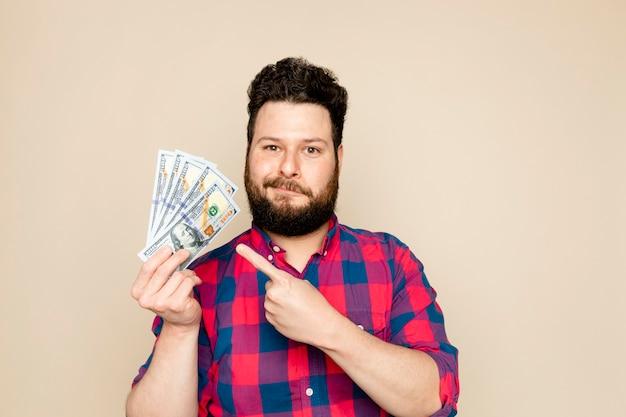Homem barbudo segurando notas de um dólar para campanha de poupança financeira