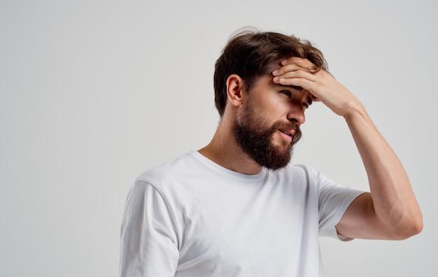 Homem barbudo segurando seu close-up de problemas de saúde de dor de cabeça. foto de alta qualidade