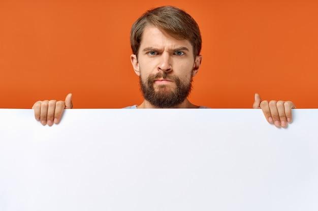 Homem barbudo segurando uma maquete de pôster com desconto de fundo laranja
