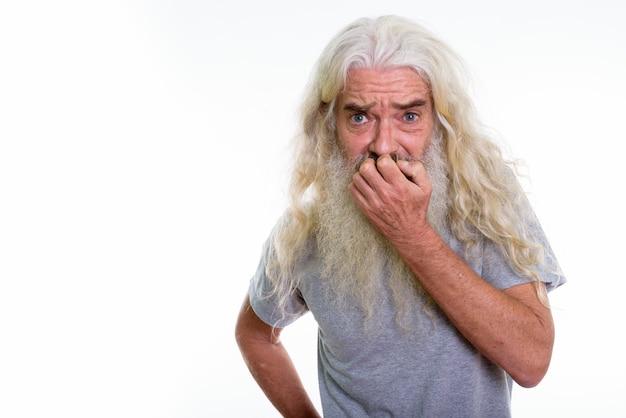 Homem barbudo sênior parecendo assustado