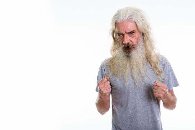Homem barbudo sênior parecendo zangado