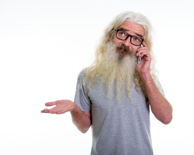Homem barbudo sênior pensando enquanto parece confuso