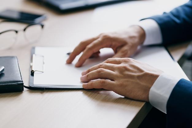 Homem barbudo sentado em uma mesa na frente de um funcionário de finanças com laptop