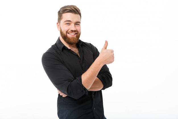 Homem barbudo sorridente na camisa aparecendo polegar